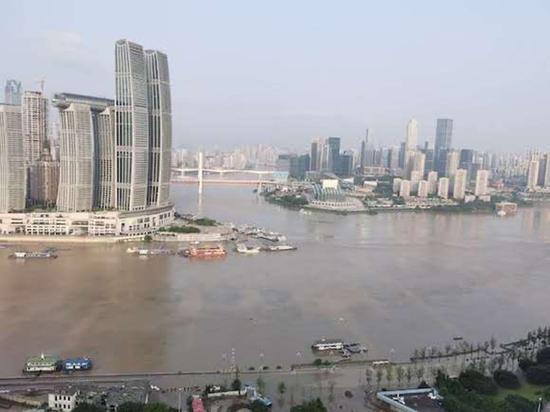 21日清晨的两江交汇处。图片来源:华龙网