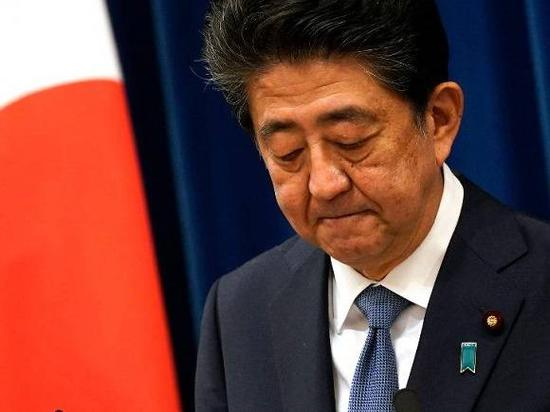 (图片说明:8月28日,安倍晋三在东京出席记者会。来源:新华社发,Pool图片,弗兰克·罗比雄 摄)