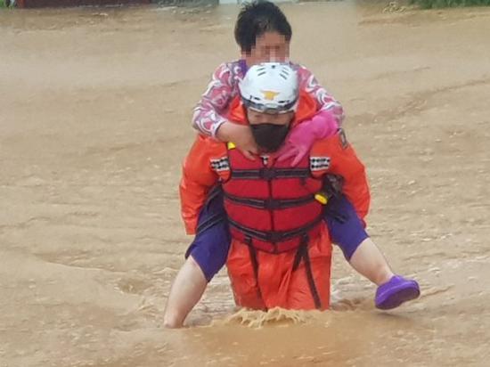 救援人员背着被困老人(中央日报)