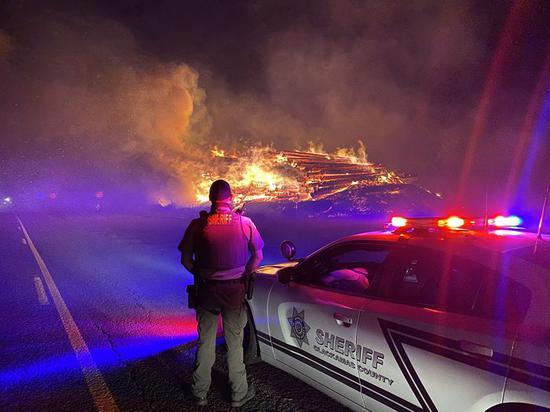美国俄勒冈州山火蔓延 州长宣布进入紧急状态