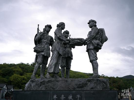 """△""""半条被子""""主题雕塑(总台央视记者彭汉明拍摄)"""