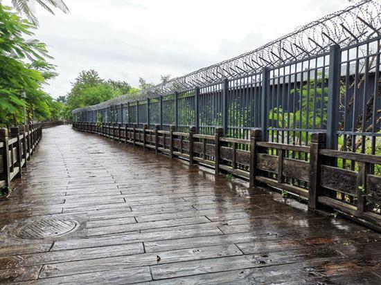 畹町一公里界碑处的防护长廊。 符皓 摄