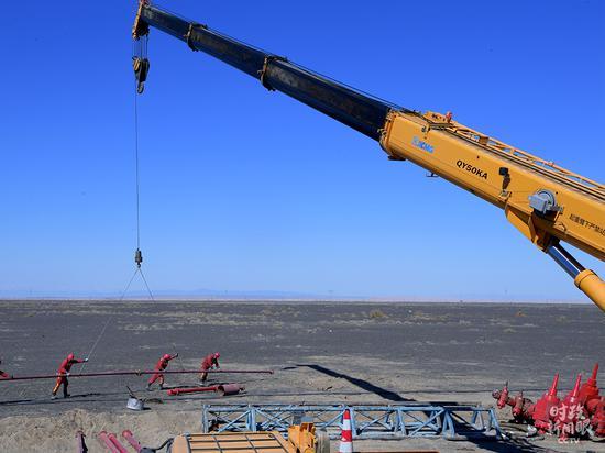 △克拉玛依区域,油田勘察开辟施工现场。