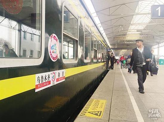 """△2017年3月25日,""""民族连合一家亲号""""首发列车从乌鲁木齐开向和田。列车上有近900名干部职工赴南疆四地州结对认亲,开展帮扶。"""