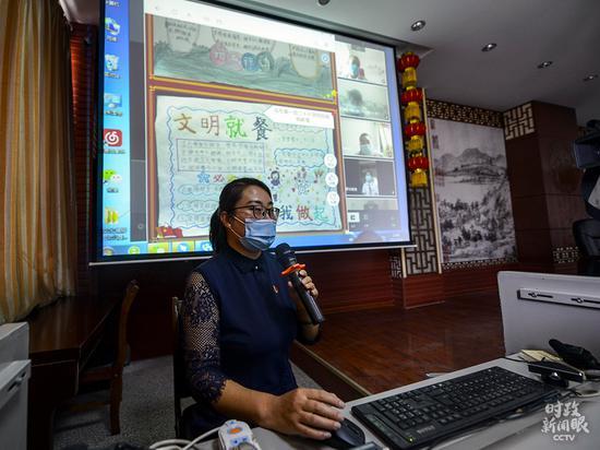 """△9月1日,乌鲁木齐某小学先生通过收集给同砚们解说""""开学第一课""""。"""