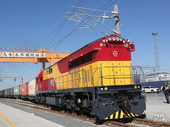 △9月8日,乌鲁木齐国际陆港区,一列满载日用品的中欧班列起程。