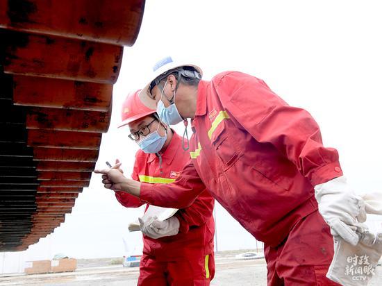 △中国石油大学(北京)克拉玛依校区2020届结业生王都城(左)在克拉玛依钻井一线事情。