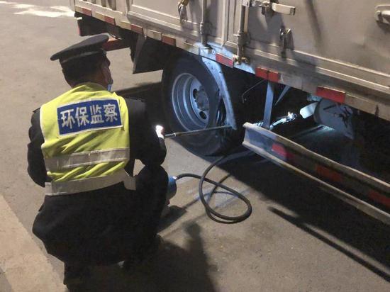北京氛围重净化 交警设卡81处严查汽车尾气超标排放