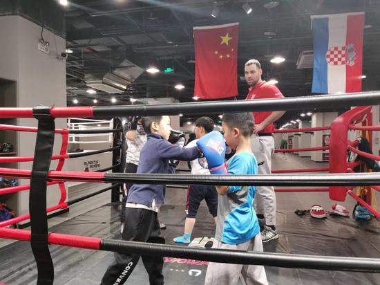 """欧洲""""拳王""""见证中国健康新风尚"""