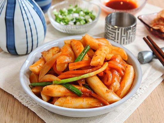 """民调:辣炒年糕被韩国人选为""""给予慰藉的饮食""""第1位"""