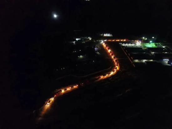 11月11日,撤离车辆行驶在埃塞俄比亚提格雷州至亚的斯亚贝巴的路上。新华社发(葛洲坝集团供图)