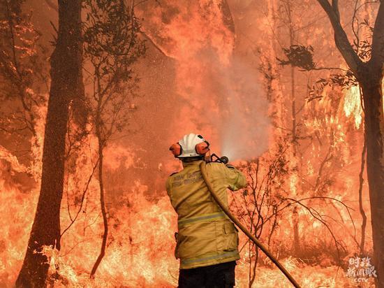 △客岁底,澳大利亚丛林大火延烧了4个多月。据澳大利亚景象局示意,本地温室气体排放导致天气将继承变暖,野火季候延伸。