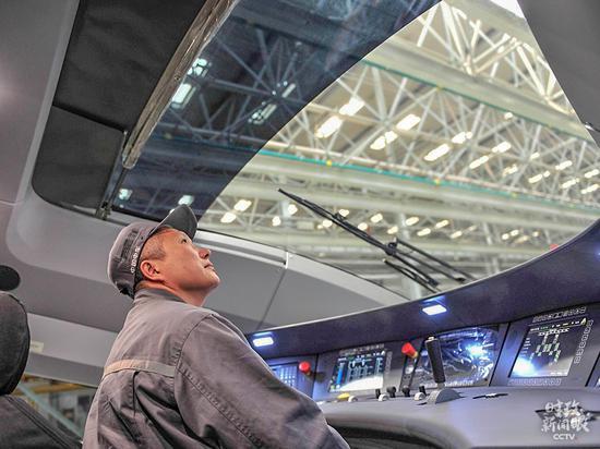 △天下劳模罗昭强是中车长客轨道车辆装调工。他研发的高铁模仿装置,开创了行使模仿本领对操纵员工举行培训的先河。