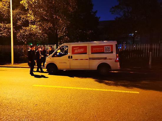 2月22日晚,民警在事发路段举行现场勘查。汹涌消息记者 朱远祥 图
