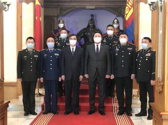 2月23日,中国军队援助蒙古国军队新冠肺炎疫苗交付仪式在蒙古国防部举办。(达日玛巴斯尔拍摄)