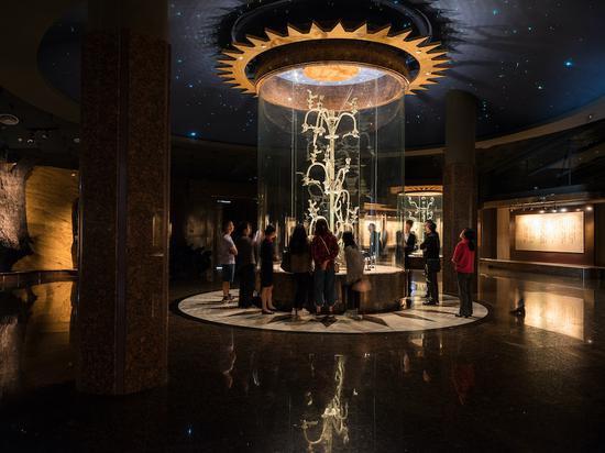 高396厘米的青铜神树,大概是神话传说的神树扶桑。 广西师范大学出书社 图
