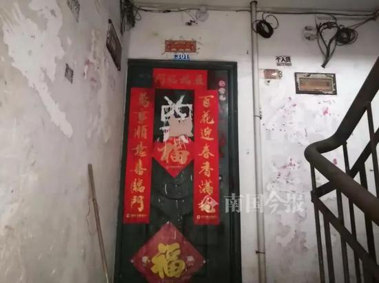 """柳州一小区住户家门被丢粪便,还被喷上""""奠""""字"""