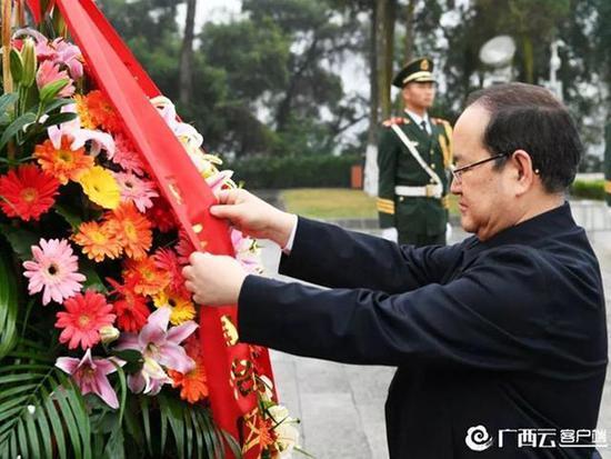 鹿心社怀着无比崇敬的心情瞻仰了纪念碑,向革命先烈敬献花篮。 广西日报 图