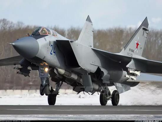 """挂载R-60M空空导弹的米格-31战机,双联挂架上""""体型袖珍""""的就是R-60M"""