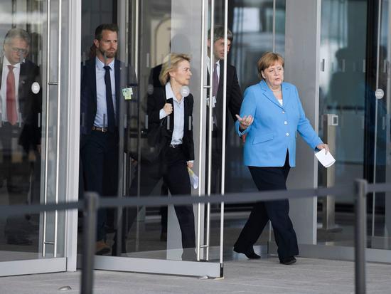 默克尔正准备出席北约峰会一场新闻发布会。