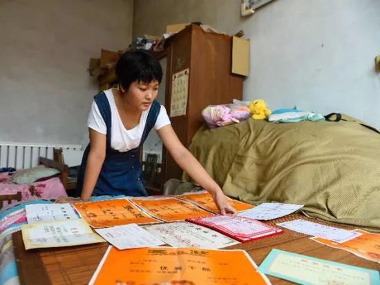 这是王心仪众多奖状和荣誉证书的一部分。新华社记者 赵鸿宇 摄