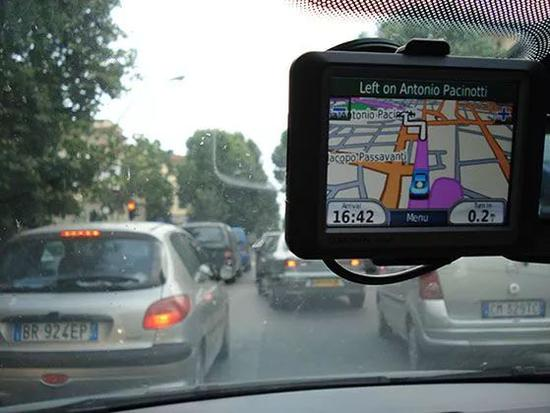 ▲ Informational image: people use the GPS navigation system. (Image of Gaidi)