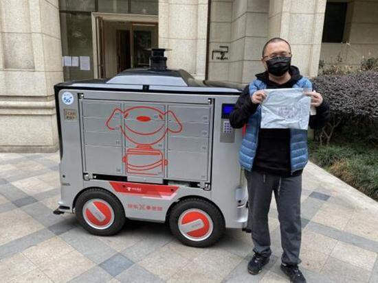 """疫情期间成都一小区采取""""5G+无人配送车""""为居民配送线上下单的生活用品。(图片来源:四川在线)"""