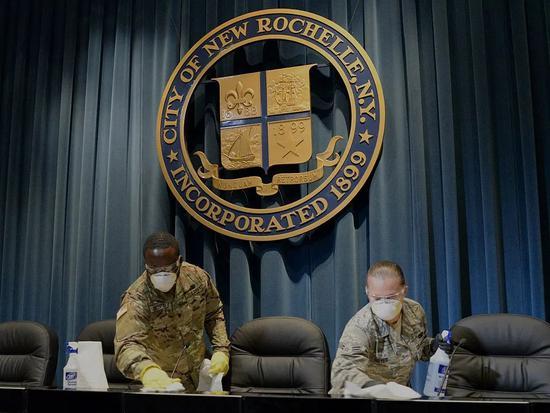 纽约州新罗谢尔,国民警卫队正在市政厅里消毒。/ The National Guard