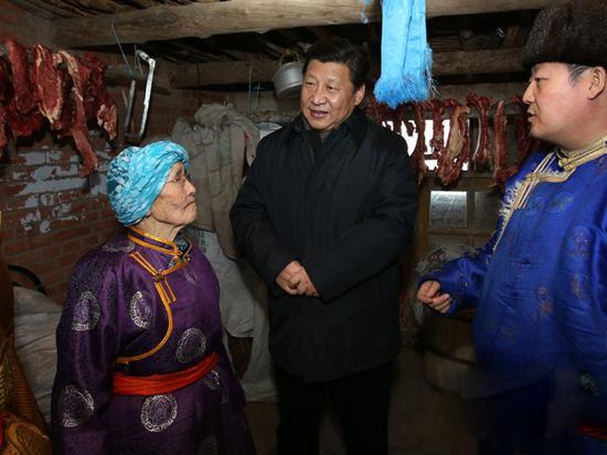 2014年1月27日,正在内蒙古观察的习近平总书记来到81岁的牧民玛吉格家,在蒙古包中统一家人围坐在一路拉家常。(图片泉源:新华网)