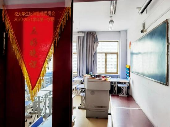 """黑龙江职业学院主教学楼——清华楼内的教室。学生们在此上课及晚自习, 班级晚自习表现好,能得""""五好晚课""""红旗。摄影/本刊记者 杜玮"""