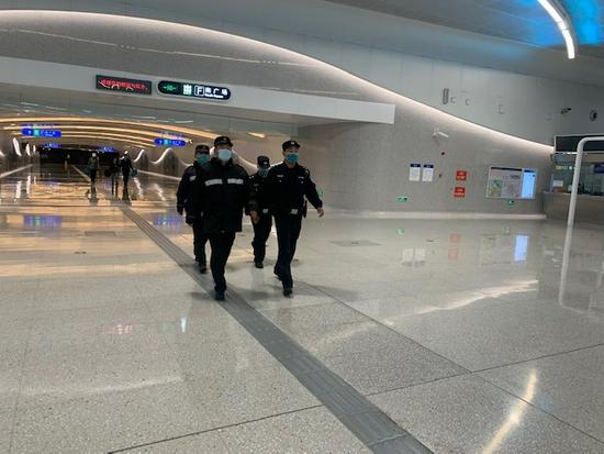 """首例!北京环球度假区正式开园第二天,一名""""黑导游""""被查处"""