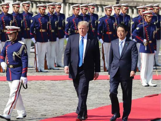 2017年11月6日,在日本首都东京,日本首相安倍晋三欢迎到访的美国总统特朗普。新华社发