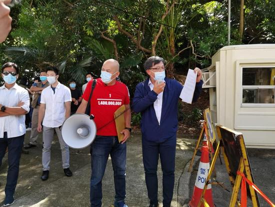 何君尧与爱国市民美领馆前抗议(何君尧脸书)