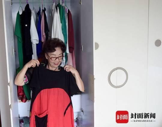 胡金华的衣柜里,各种颜色和款式的衣服整齐挂放着。