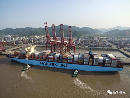 一艘货轮即将停靠宁波舟山港穿山港区集装箱码头(2017年5月9日摄)。 新华社记者黄宗治 摄