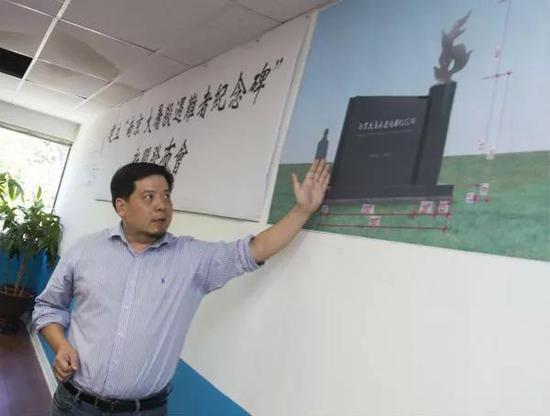 6月21日,在加拿大多伦多,设计师张斌向与会者介绍纪念碑设计情况。新华社发(邹峥摄)