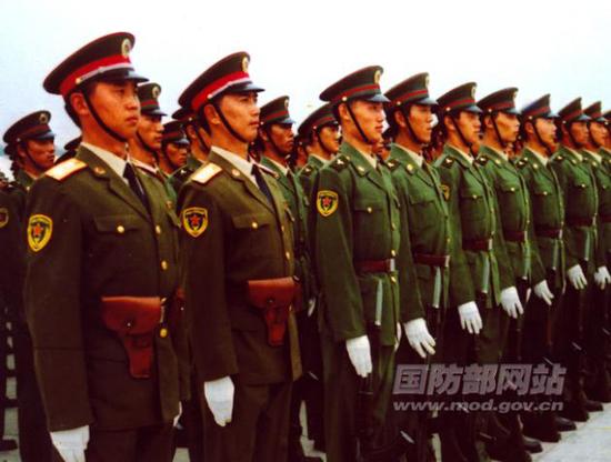 穿87式夏常服的预备役官兵。