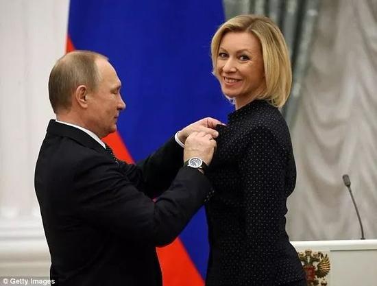 普京爲扎哈羅娃佩戴友誼勳章。