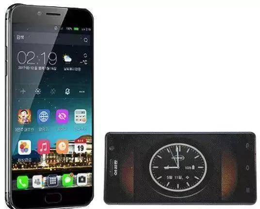 """(图说:左为朝鲜高端智能手机""""金达莱3"""",右为智能手机""""阿里郎"""",图源:韩网)"""