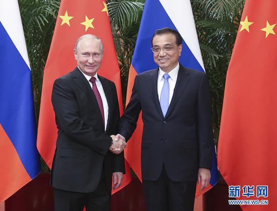 6月8日,国务院总理李克强在北京人民大会堂会见来华进行国事访问并出席上海合作组织青岛峰会的俄罗斯总统普京。 新华社记者 姚大伟 摄
