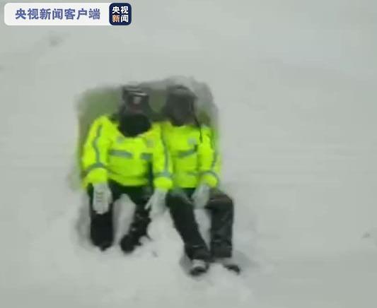 新疆和静交警上演感人一幕,民警徒手挖雪洞躲风图片