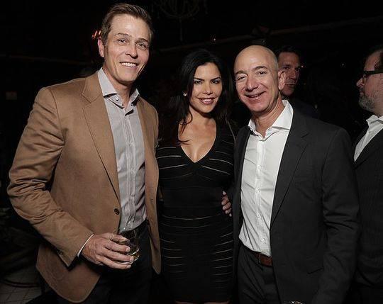2016年,貝佐斯和桑切斯以及她的丈夫懷特塞爾(Whitesell)曾一起出現在洛杉磯的一個假日派對上。