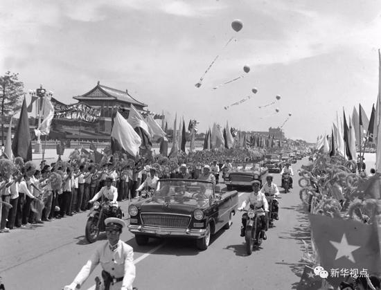 1965年7月12日,越南民主共和国国会访华友好代表团来华进行友好访问。丁峻摄