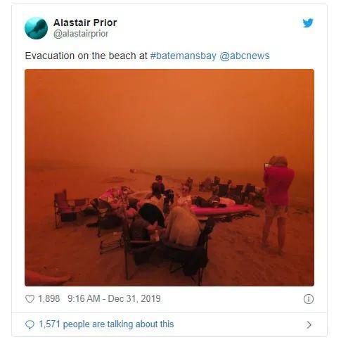 灾民在海滩上避难(社交媒体截图)