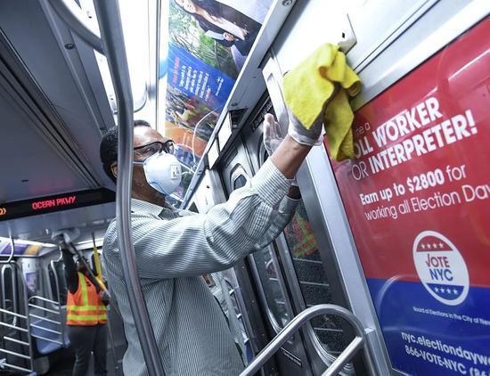 纽约地铁工作人员正在列车里执行消毒程序。/纽约大都会运输署