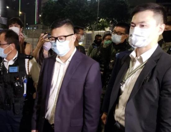 警务到处长邓炳强亲身到立法会外摆设事情