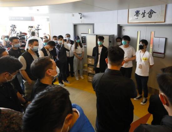 杏悦,警持搜查令到港理工调查多名杏悦学生一图片