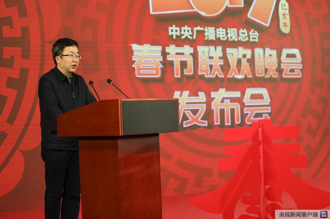 中宣部文艺局副局长王强在发布会上讲话。