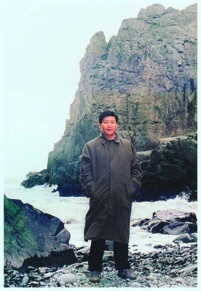 上世纪90年代初,习近平(时任福州市委书记)在平潭调研。 来源:福州日报