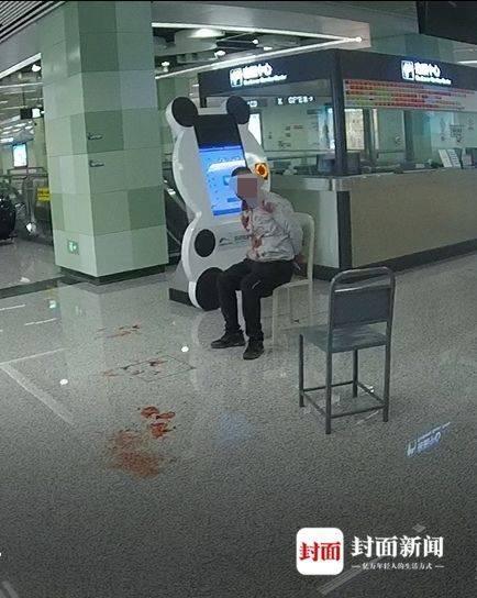 25日凌晨,脚踹女医生的男子被警方控制在地铁站内。